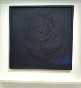 Schwarzes, monochromes Bild, Löcher in der Leinwand, Farben-Liebe