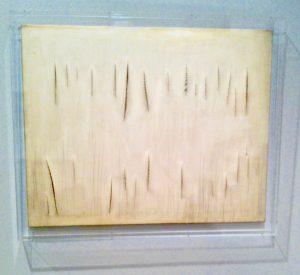 Lucio Fontana, Schnitte in der Leinwand, weiß, monochrome Malerei, Farben-Liebe
